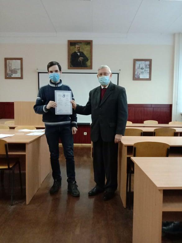 Декан С. І. Світленко вручає диплом магістра Довбишу
