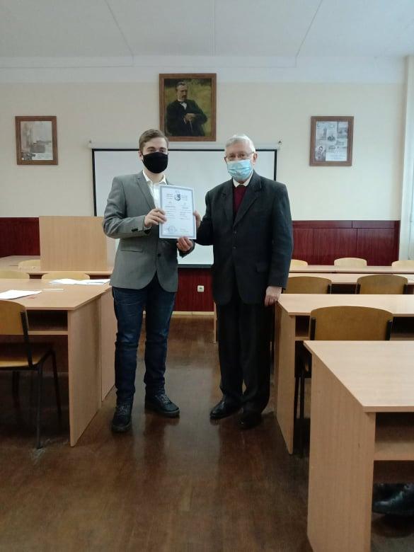 Декан С. І. Світленко вручає диплом магістра Іванові Шевцову